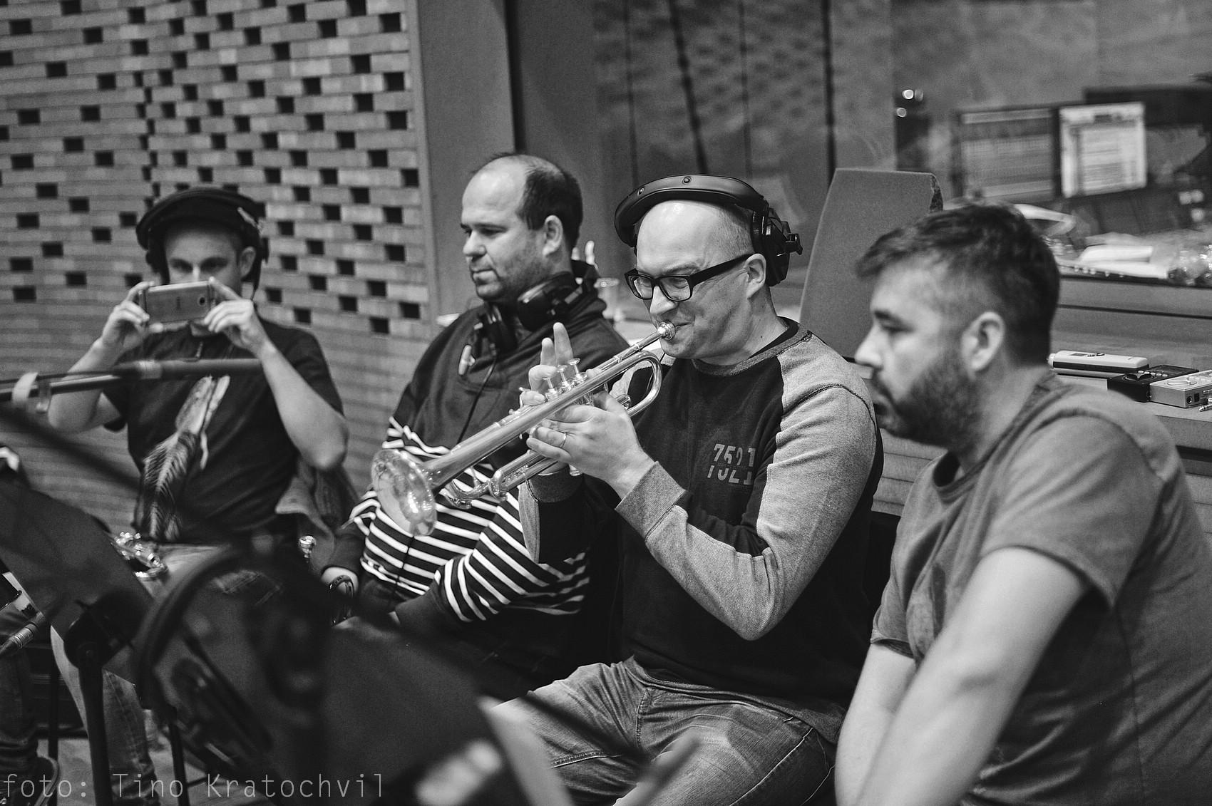 RECENZE: 10 LET – brněnský orchestr vydává výroční CD s Vojtěchem Dykem, Matějem Ruppertem, Kurtem Ellingem a dalšími